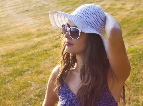 beautiful girl with white hat staring at the sun-img-blog